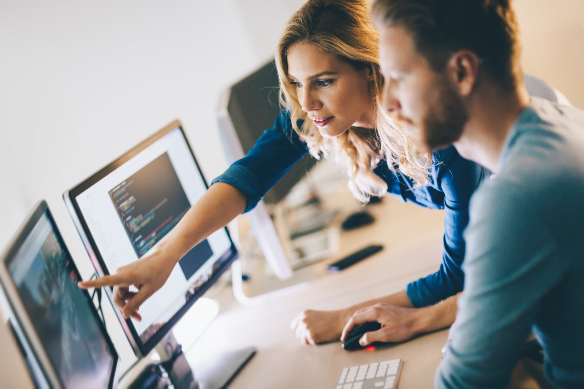 B2B sales reps using sales enablement software for marketing